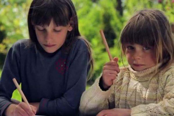Дети рисуют на природе
